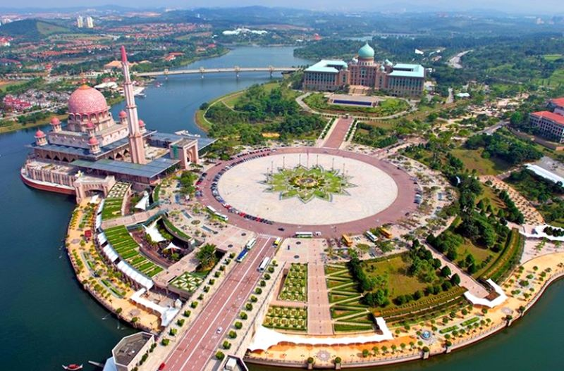 Malezya. İslamic culture and art #east ASIA #asia #islam #islamic Art Islamic Malezya Malaysia City Cityscape Water Aerial View Dome High Angle View History Architecture Sky Built Structure