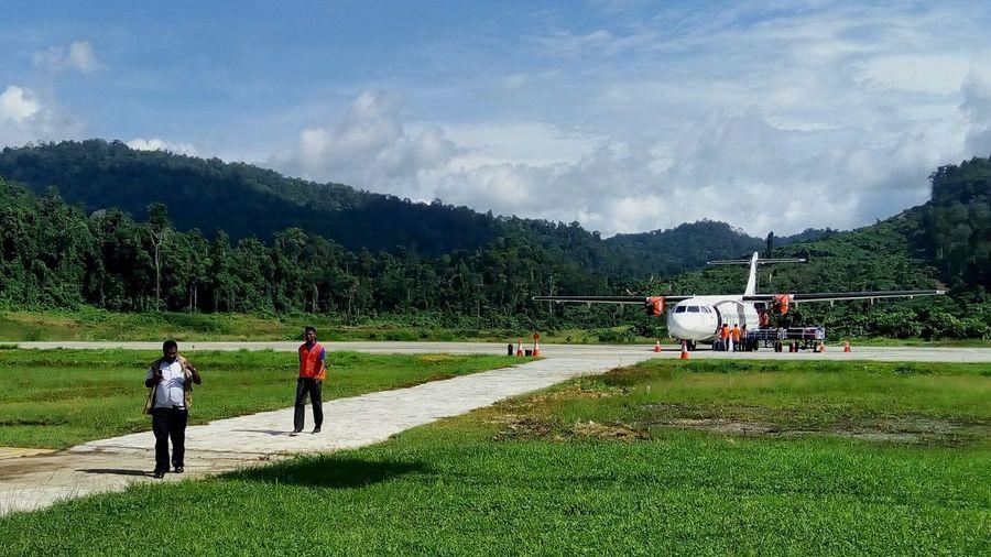 Raja Ampat Papua Indonesia Ground Crew Ground Handling Aviation Aircraft Men Sky Cloud - Sky Mode Of Transport Transportation