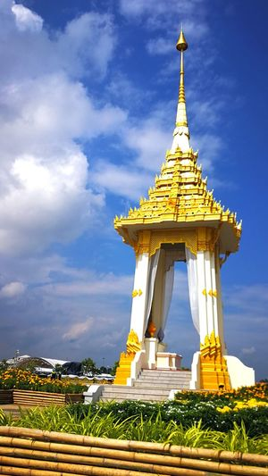 Kingrama9. Religion Architecture History Gold Gold Colored Sky Spirituality Outdoors MyKING Adult เสียใจมาก เสียใจได้แต่อย่าละเลยหน้าที่ เสียใจ People Thai Thailand🇹🇭 Sad Day Sad Sadness Day Yellow No People Indoors  Cry