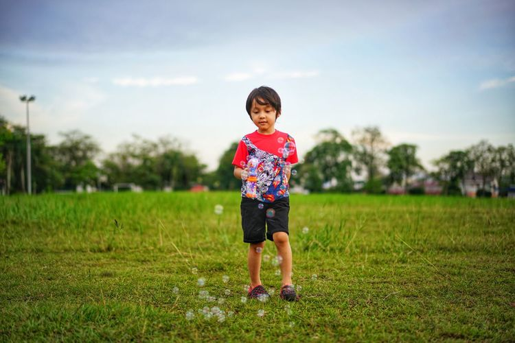 kids playing bubbles EyeEmNewHere Eyeemkids EyeEm Eyeemphotography Kidsphotography Bubbles EyeEm Selects Tree Child Full Length Childhood Portrait Males  Boys Summer Standing Rural Scene Park - Man Made Space
