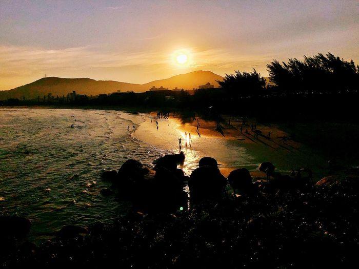 Pôr-do-Sol na Praia Canto da Vila Férias Domingo FinalDeTarde Mar Oceano Sunset Laranja Amarelo Quente Sol Imbituba Beach Praia Por-do-sol