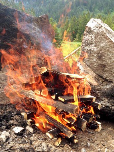 Fire Flames Stones Hot Red Orange Wood Smoke Schweizer Familie Feuerstelle