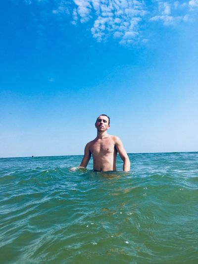 Water Sea One Person Leisure Activity Shirtless Lifestyles Holiday Real People Front View Men Vacations Adult Day Nature Trip Sky Smiling Outdoors Horizon Over Water Mature Men