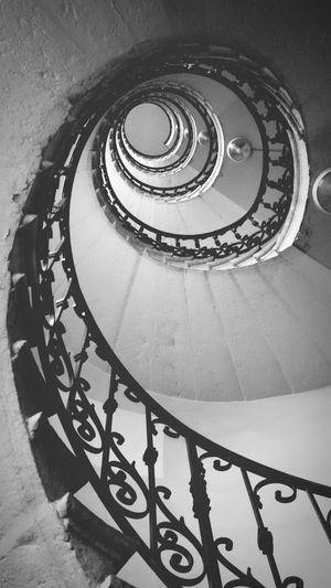 Rampe D Escalier Plongée Dans L'escalier En Bas De L'escalier Blackandwhite Infini Escalier Léonard De Vinci