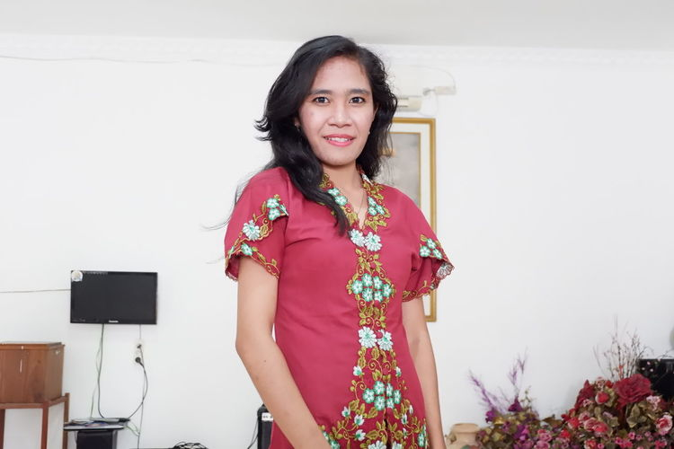 Happy Kartini Day.👸 Anugerah itu makan terus badan tetap kurus 😊 Kebaya Indonesia BatikIndonesia Smile❤ Women Strongwoman Wanitakuat Kartini's Day EyeEm Selects Grace Anugerah Portrait Standing Smiling Looking At Camera One Mature Woman Only Mature Women Curly Hair