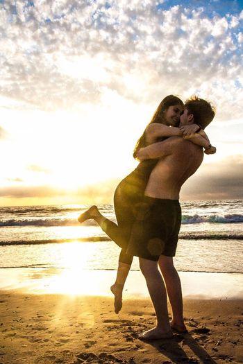 Schönes Bild eines Paares am Strand im Sonnenuntergang. Beach Two People Summer Sea Sand Sky Sunlight Nature Cloud - Sky Water First Eyeem Photo