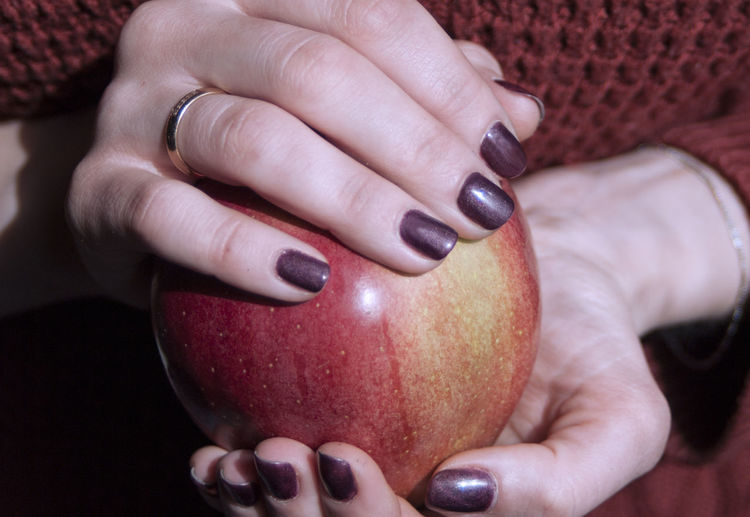 Apple - Fruit Food Food And Drink Freshness Fruit Health, Vitamins, Health Food, Vegetarianism, Natural Product, Healthy, Benefit,, Fresh, Diet, Slimming, Healthy Eating Human Hand Lifestyles People