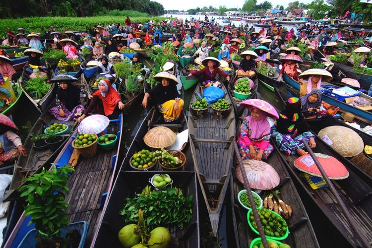 Floating market from south kalimantan indonesia Choice Variation Day High Angle View Abundance Large Group Of Objects EyeEmNewHere Plant Nature Retail  Arrangement Outdoors Market Multi Colored Freshness For Sale Flower Business