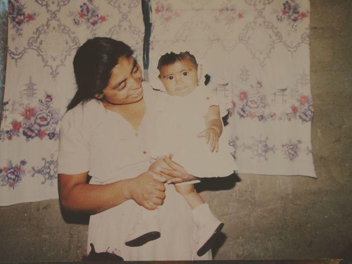 Mirada amorosa de una madre [foto antigua]