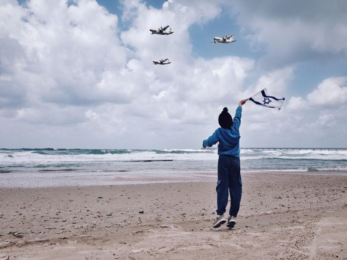 Israel Independence Day Sky Cloud - Sky Sea Beach Sand Airforce Flying The Photojournalist - 2017 EyeEm Awards One Person Scenics Leisure Activity Beauty In Nature Men Horizon Over Water מייים Full Length מייגיא מיייוםהעצמאות Day Standing Israel Independence Day IPhone5 ShotOniPhone5 מייאייפון5