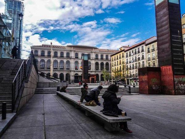 Buenas tardes. Inmediaciones Museo Reina Sofía. Madrid Igersmadrid Colorful Streephotography Urban Street Calle Urbano Plaza Bluesky Publicplace Peoplesitting The Architect - 2016 EyeEm Awards