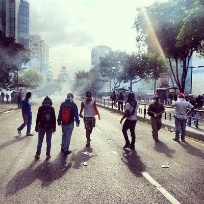 1A 1abril Chacaito Chacao  estudiantes gobiernocorructo prayForVenezuela fuerza elquesecansapierde marcha guarimba estudiantes resistencia capuski laluchasigue gnb pnb valientes lacrimogenas tanqueta ballena estudiantes humo