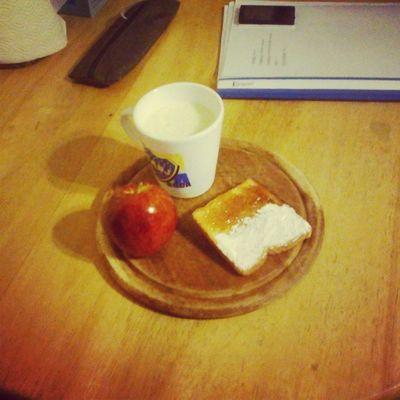 Linda merienda, licuado de vainilla y manzana con tostadasss