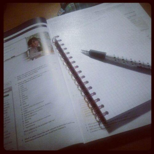 Rozszerzanie wiedzy na temat jezyka angielskiego... Czytaj sprawdzian w czwartek, a ja nic nie umiem, hahaha + biologia ;) i sluchanie przy tym nowej plyty hey - bajka ;) Angielski Nauka Hey