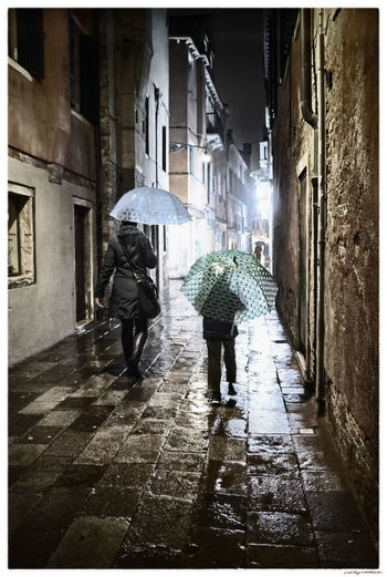 Italia Nacht Venedig Venezia Architecture Italy Night Outdoors Rain Rainy Season Street Umbrella Venice Walking Wet