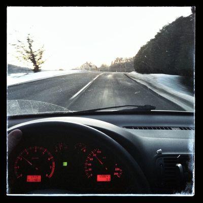 25 Feb / Tema: Bil. Så ser det ut när jag åker hem från jobbet. Fick med Björn Skiffs häck också. Haha