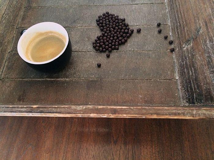 http://youtu.be/O8Tq8ThuESk Hay algo de nostálgico en el despertar diario, en las rutinas de mañana, en las expectativas del día. Quisiera que el tiempo fuera estático y el café infinito. Sobretodo esos primeros minutos de la mañana en que uno confunde los sueños con la realidad y todo puede ser posible.... Xocolove Xocolat Bombom Coffee And Sweets Coffeelover Coffemy Coffee Time Coffee ☕ Coffee Cofee Morning Happyweekend Lovely Chocolate Chocolate♡ Sueñaconmigo