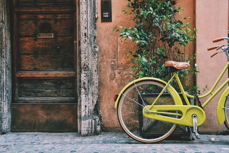 I've told you I'm obsessed with vintage bikes. Vintage bikes on romantic spots to be precise. Bikes My Ride My Commute Transportation Vintage Street Italy Rome Home Is Where The Art Is Colour Of Life CyclingUnites Lieblingsteil Moving Around Rome