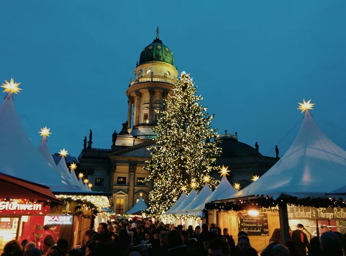 2nd Advent spent eating Bratwurst, Lángos, Landbrot and gebrannte Mandeln. Washed down with Apfel Punsch.