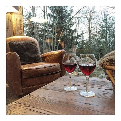 Je vous embrasse de mon petit coin de paradis . Esprit Canadien le temps d'un week end . Stay tuned je vous en parle bientôt sur le blog! Canada Blogger Blog Ladelicateparenthese LDP Hostel Hotel Hotel Room Parenthese Bonheur Hapiness Coupure Moment Of Silence Love Wine Leather Wood Bear