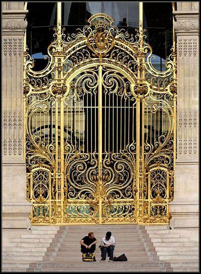 Tượng trưng cho quyền lực, tiền bạc và địa vị, Cửa cổng biệt thự Huỳnh Lộc Hoàng Tài sử dụng gam màu vàng tây sang chảnh. http://thinhvuonghouse.com/san-pham/cua-cong-biet-thu-huynh-loc-hoang-tai Cửa Cổng Biệt Thự