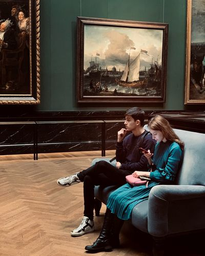 Couple Art Gallery Museum Sitting Men Adult Two People Indoors  Couple - Relationship Heterosexual Couple Relaxation Young Adult Togetherness People Contemplation