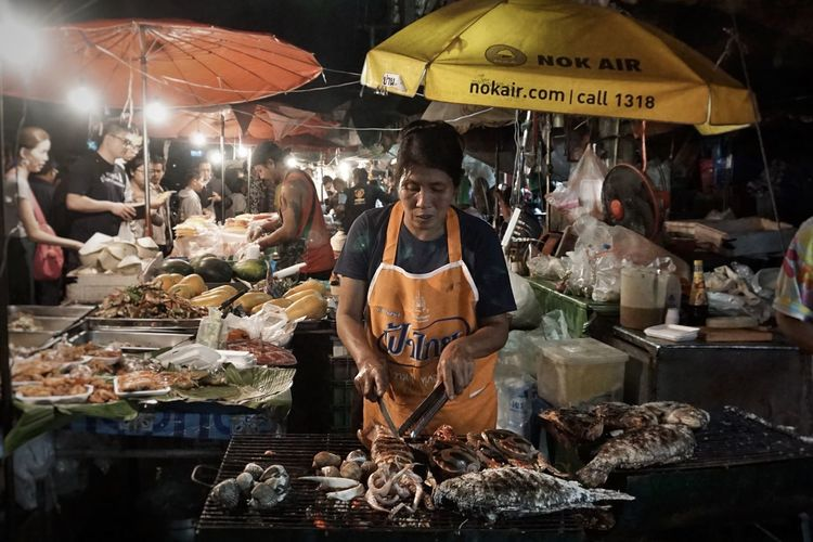 Market Stall Choice Night Small Business Market People Bazaar Food Gate Market Chiang Mai Adapted To The City Thailand Chiang Mai Seafoods Women Around The World The Street Photographer - 2017 EyeEm Awards The Photojournalist - 2017 EyeEm Awards Food Stories