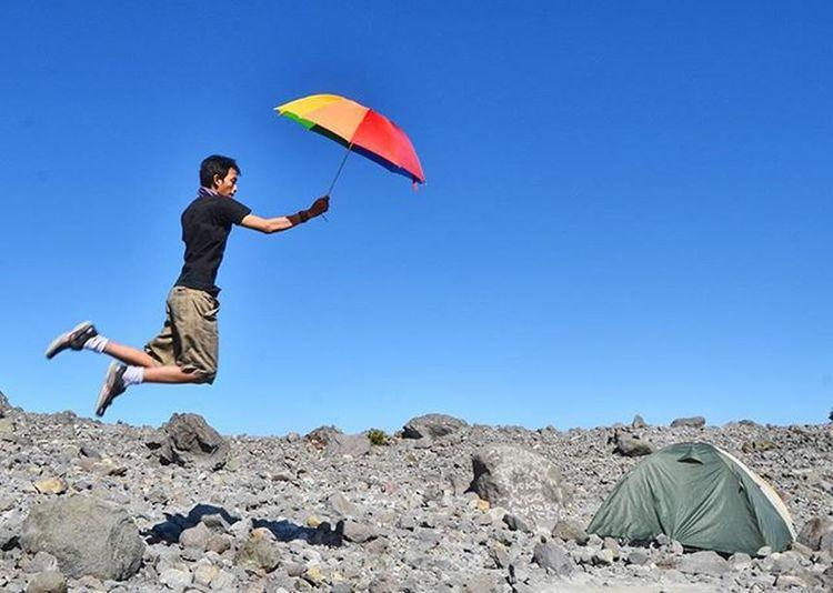 Ingin ku terbang dengan payung melalui angin yang berhembusMerapi Nikon_D7K Selfie Pendak1indonesia Pendakisantai Parapejalan Instan_gunung Piknikalam Picoblayang
