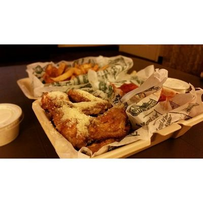 Cant say no to free food 😊😊 Dinner Wingstop Yummy Behungry foodporn testingS5 selectivefocus feature