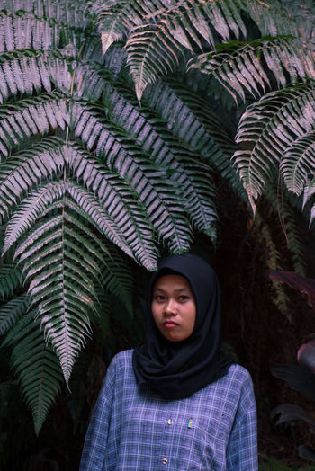 People Nature Leaf Green Portrait Portraits Natural Woman Calm Fresh Portrait Of A Woman Nature Photography Naturelovers Freshness Hijabstyle  Hijab Green Leaves Portrait Photography People Photography Woman Portrait One Person Front View Casual Clothing Real People Looking At Camera