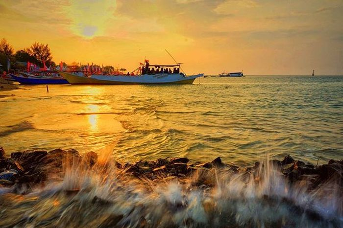 Mengejar Senja Ombak di lautan berlomba menggapai sang mentari yang kini bersinar terang. Ombak yang bergemuruh berlomba menyentuh sang mentari yang sejengkal merendah di tengah lautan. Dan ombak kini jadi gelombang yang berusaha bertemu sang mentari yang panasnya meredup dikala malam mulai menyapa. Lokasi : Pulau Sanrobengi, Galesong Selatan, Kab. Takalar. Makassar Tsel4u Tseltakabonerate Tsel4uW6 @tsel4u @instamakassar Yuk ikutan challange @jejakputih @nurulfitriyah_m @nurulhikmahmufidah Salam dari keluarga besar @insta_pinrang Instapinrang Instapinupbar002 Instapinrang_member Pinrang Explorepinrang Visitsouthsulawesi INDONESIA