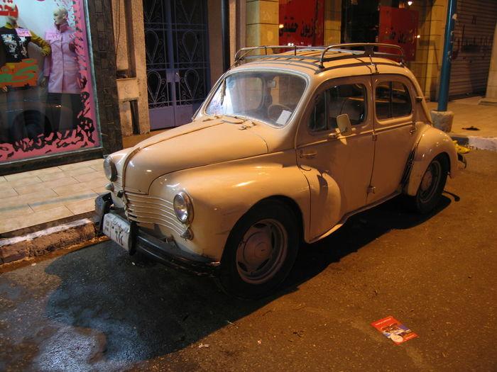 """Une """"quatre-chevaux Renault"""" fort bien conservée dans une ruelle d'Alexandrie en Egypte....! La 4 Chevaux Alexandria Egypt Alexandrie Renault Street Vintage Car Voiture Ancienne Voiture De Collection"""