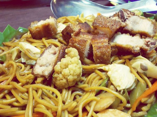 Pancit canton con lechon kawali @ Atelier Cafe and Restaurant. My experience at this resto: http://asecretfanfare.blogspot.com/2013/05/my-first-time-at-atelier-cafe-and.html Pancit Pancit Canton Lechon Kawali Nemiranda Angono Rizal