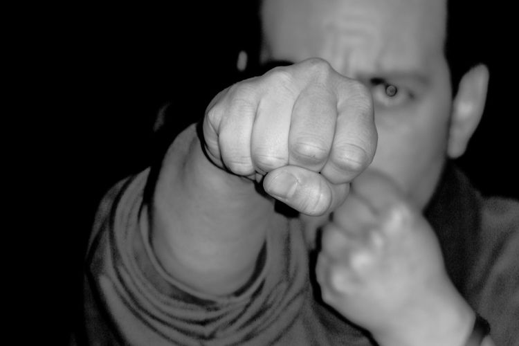 punch at night Dark Encroachment Faust Fight Nacht Aggressive Agression Angriff Beat Beaten Up Bedrohung Brawl Clenched Fist Faustschlag Fisticuff Night Prügel Punch Schlag Struggle Threat Violence Violent Crime Violent Man übergriff #urbanana: The Urban Playground HUAWEI Photo Award: After Dark