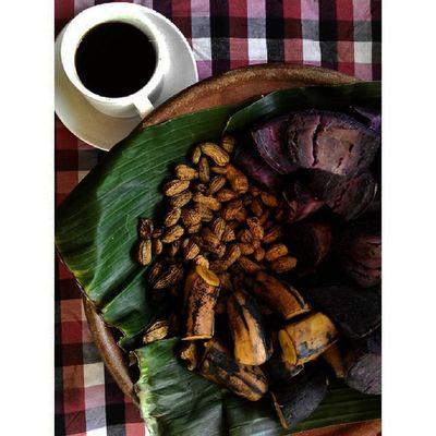Coffeebreak with Indonesian Traditionalfood ... Pasangan Setia Kopi dan Rebusan Kacangtanah Ubi Pisang dan rindu... at Kampunglumbung Kotabatu INDONESIA PwC Lenovotography Photooftheday Pocketphotography Photostory Lzybstrd