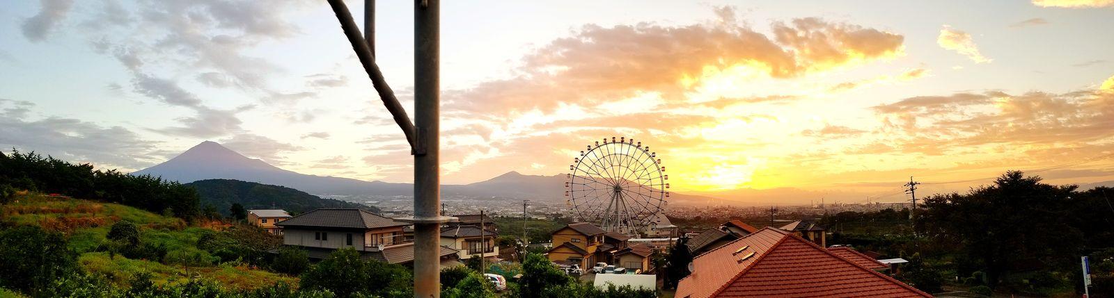 2018年9月24日 (今朝)我が家からの日の出頃の東の空。夜には中秋の名月が見れないかも・・・との事でしたが、この朝焼けでは無理もない、そう思わせるような感じでした。でも、十五夜さん見れてよかったなぁ。写真左は富士山。観覧車は東名上り線富士川SA「フジスカイビュー」です。 Sunrise おはよう 富士市 日の出 富士山 Mt.Fuji 富士川楽座 富士川SA フジスカイビュー Mountain Silhouette Sky Cloud - Sky Dramatic Sky