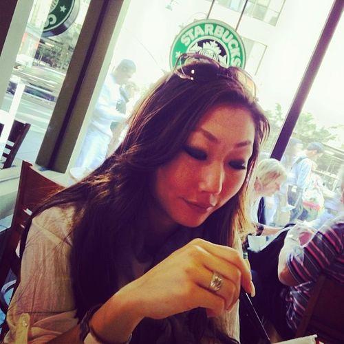 Lite kaffe och yoghurt till sjuklingen så klarar vi några timmar till ? Newyork Starbucks Love Coffee