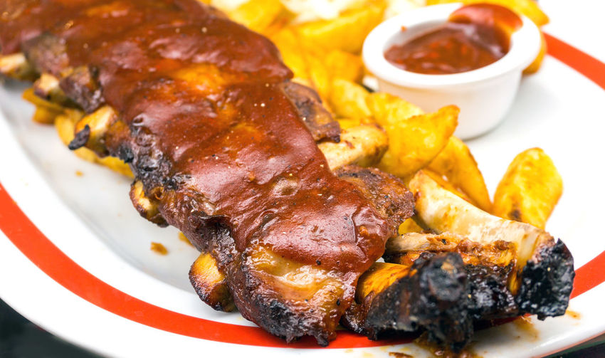 Close-up of potato wedges with rib in plate