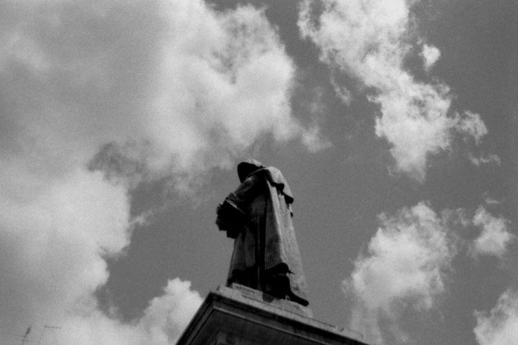 Roma Rome Statue Giordano Bruno Campo De' Fiori No Filter Clouds Sky Clouds And Sky Blackandwhite Photography Analog Photography The Purist (no Edit, No Filter) No Edits No Filters Italy Film Photography Pentacon Praktica Kentmere Analog Ishootfilm Analogue Photography Film Is Not Dead Buyfilmnotmegapixels Black And White Urban View