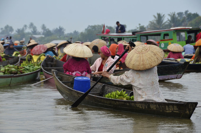 Vendors of the Floating Market of Banjarmasin in South Kalimantan Women Working Floating Market Boat ASIA Borneo Famous Landmarks Tradition Market Eary Morning Landscape With People In Day Outdoors Culture And Tradition Cultural Heritage Heritage Asian Hat Hat Strawhat