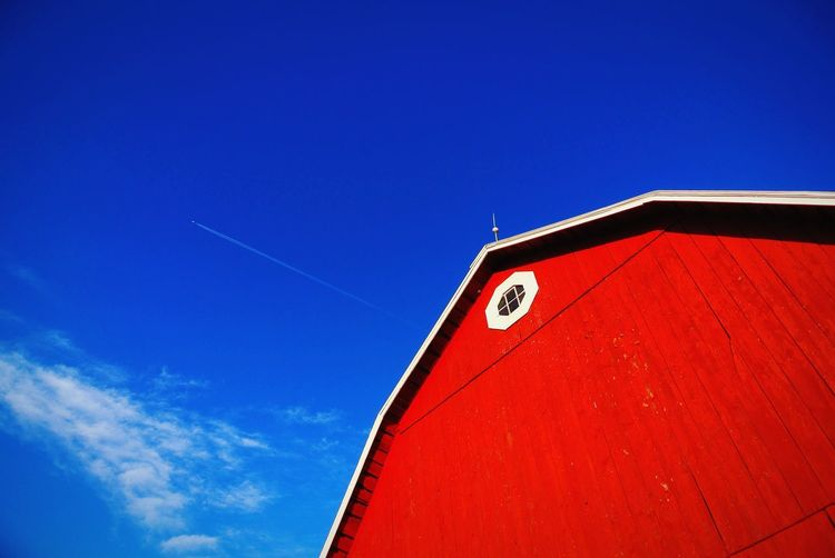Barn,barns,Rustic,old,vintage,farm,farming,farms,red,blue,Sky,contrast,contrasting,color,colors,colorful,bright,light,day,daytime,daylight,plane,airplane,airplanes,entrails,entrail,speed,architecture,landscape,landscapes,outdoor,outdoors,window,glass,barn