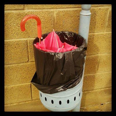Paraguas roto Rosa Pink Papelera Wastepaper Umbrella