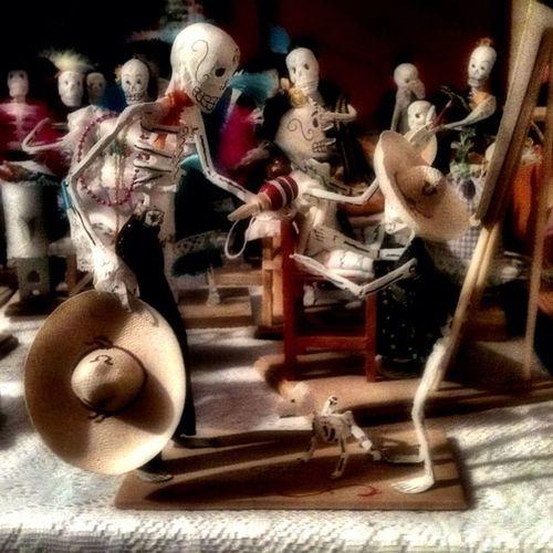 El Diademuertos en México además de ser una de las celebraciones más importantes, es una época en la que podemos admirar el gran trabajo hecho por los artesanos, quienes con su creatividad nos divierten y nos cautivan con su arte. Artemexicano Mexigers Mextagram_muerte mextagram_021112 gf_mex gf_daily gang_family igers_diademuertos estedíadelosmuertos tradicionesmx calaverasdemx