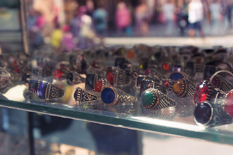 display stones rings on defocused background Beautiful Elégance Gold Jewels Market Quartz Shopping Close-up Coral Display Ethnic Gemstones Gift Market Market Stall Oriental Ornaments Ring Rings Souvenir Stone Store Style Traavellife Vintage