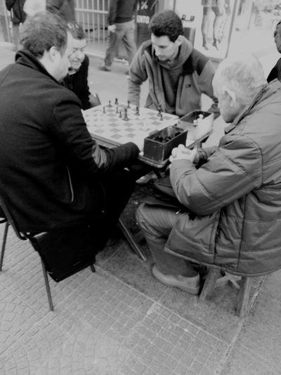 Next move (el próximo movimiento) I Love My City Chess Taking Photos Samsung Capture The Moment Photo Photography Blackandwhite Streetphotography Sport In The City Up Close Street Photography