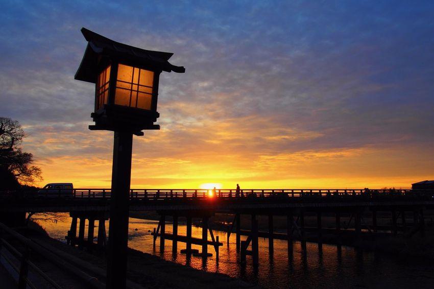 この写真が、近畿◯理士会の会報誌、新年号の表紙を飾りました。カメラ始めてまだ間もない頃の写真。オリンパスのミラーレス機のため、やっぱり絵がいつもと違う。 Light Nature Pen E-pl5 Olympus River Cityscape Bridge Japan Kyoto 日の出 Sunrise