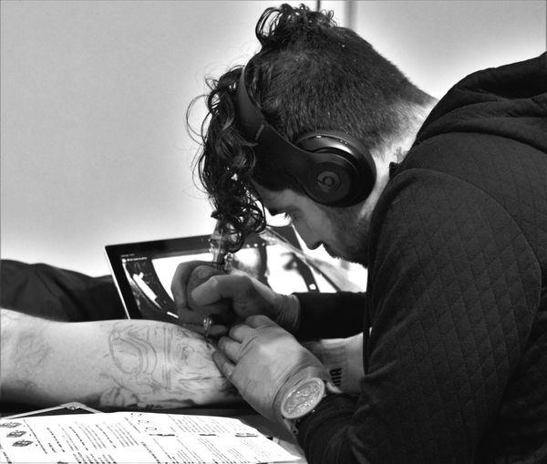 Tatoo Art Tatouage Tatoueur Talent Art Dessine Moi Sur La Peau Concentration Dans Sa Bulle Super Job Salon Du Tatouage Tours 2016 From My Point Of View Love Photography Canonphotography Capture The Moment Apprendre La Photo Passion ✒ 👍📷