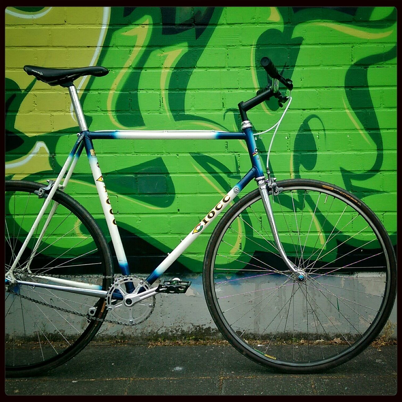 bicycle, land vehicle, transportation, mode of transport, day, outdoors, green color, stationary, no people, bicycle rack
