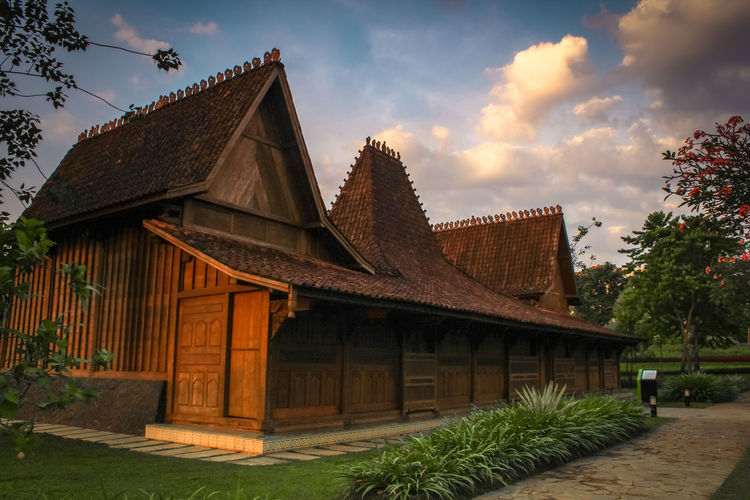 My Home - Rumah Adat Kudus Central Java Wonderfulindonesia Pesonaindonesia PanoramaIndonesia Landscapephotography Earth EyeEm Selects Asian  Indonesia_photography Kudus Indonesia Landscape Skyblue City History Sunset Sky Architecture Building Exterior Built Structure Pavilion Castle Cambodian Culture Museum Ancient Civilization Destinations Art Museum Ancient Rome Ancient Egyptian Culture Archaeology Fortress Palace
