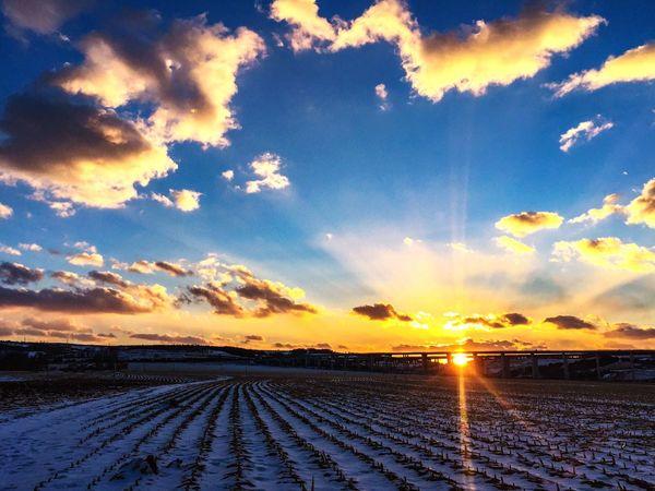 《这一刻》,阳光四射,兰天白云,雪铺耕地,大自然在悄然静等春天的到来!美!